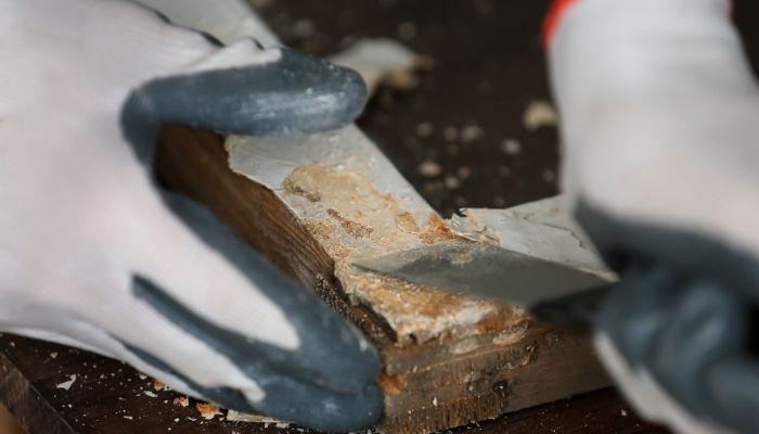 Снятие старой краски с деревянной поверхности